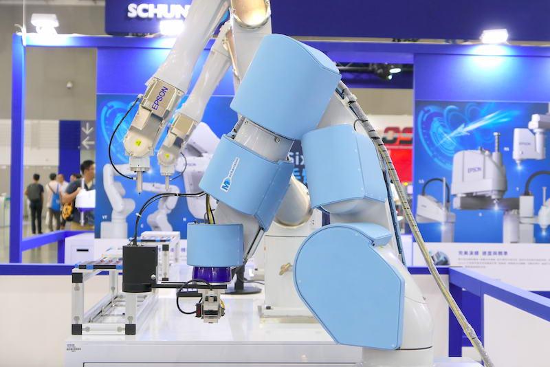 Epson 无人搬运车(AGV)结合机器手臂也加装安全皮肤,移动过程中能更确保周遭人员安全