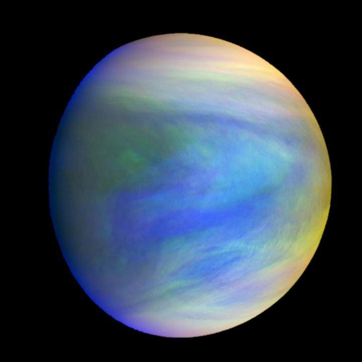(图说)图片是由日本JAXA的破晓号所拍摄的叠合影像,金星云层中的暗斑成分至今仍是谜。