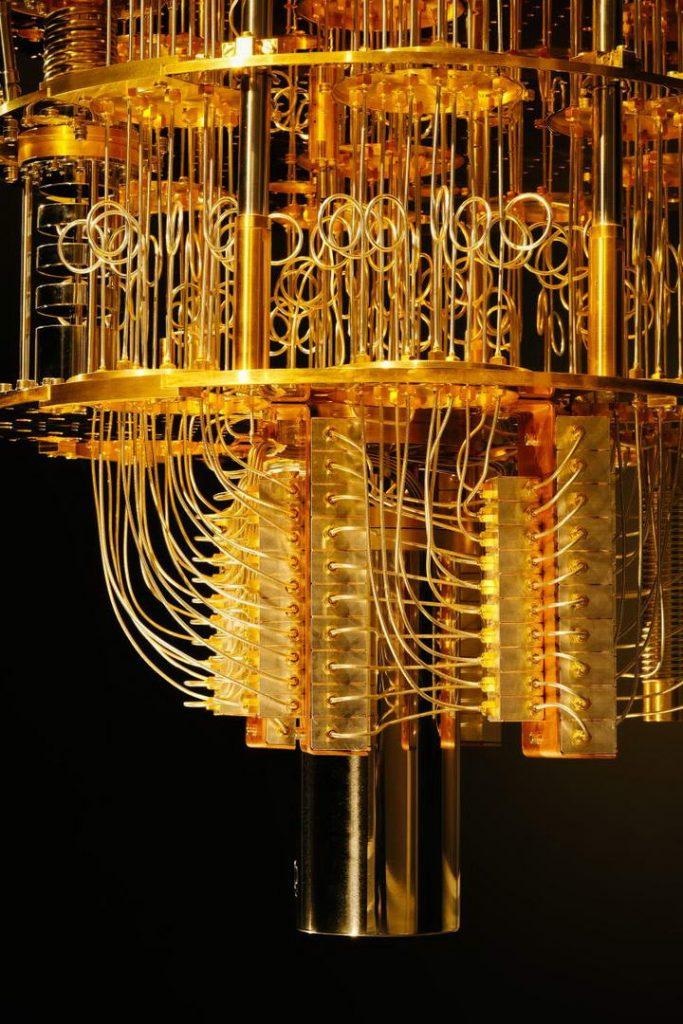 为了维持超导体的低温,量子计算机下方会装设稀释冷冻器。