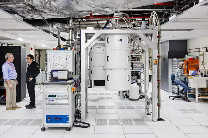 IBM量子计算机实验室,电脑装在白色的罩子中受保护。