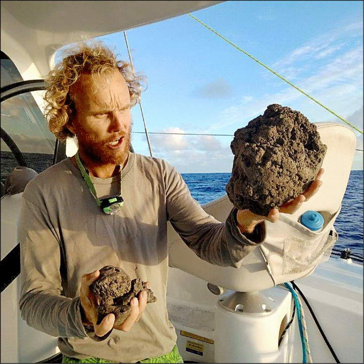 南太平洋岛国汤加火山喷发形成的浮石筏飘向澳大利亚有助大堡礁重建插图