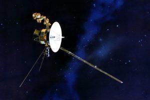 旅行者号示意图。左侧显示了用于检测等离子体振荡的V形天线对。[NASA / JPL]