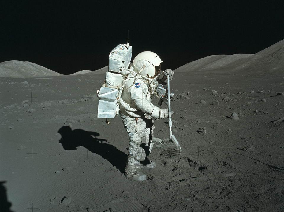 美国宇航员在月球上采集月壤样本