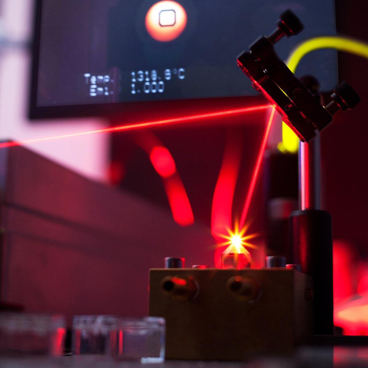 实验中使用的激光加热的空气悬浮炉。图片来源:IPGP