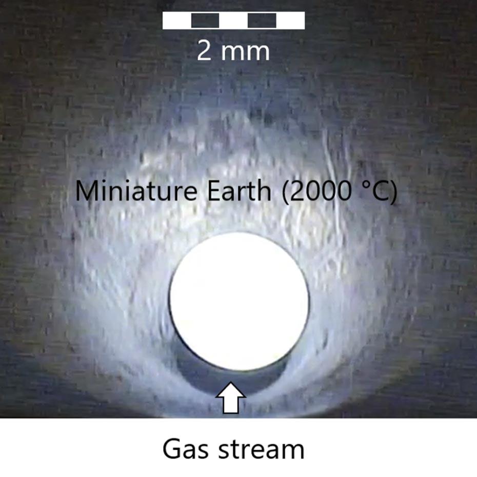 实验的特写镜头显示了热的岩浆样本,该样本被气体包围并保持悬浮状态。图片来源:P。Sossi / ETH Zurich
