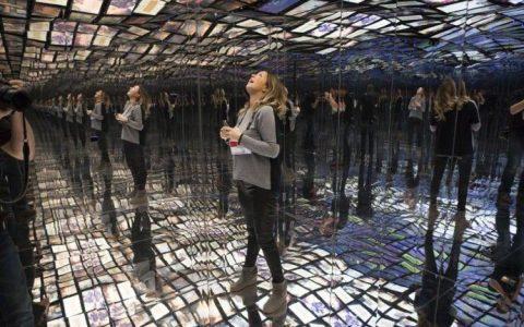 镜子组成的房间,关灯以后房间是明亮的么?